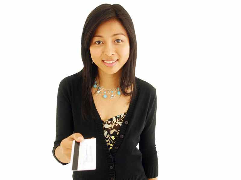 girl-with-credit-card, how-financially-savy-pinoys-handle-credit-cards
