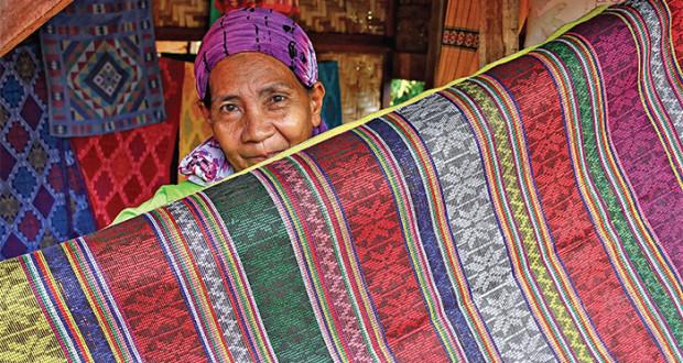 yakan-weaver-in-weaving-village-in-zamboanga