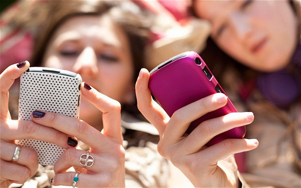 ways-to-keep-teens-away-from-phones, keep-teens-away-from-phones-on-holidays