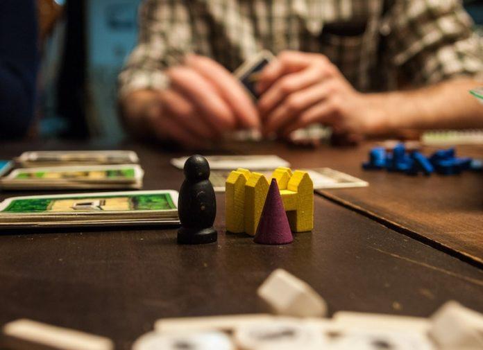 Playing Monopoly-Negosentro